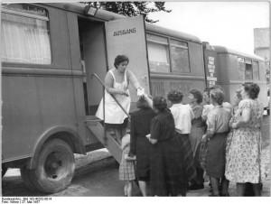 Ein Röntgenzug bei der Betreuung der Landbevölkerung in Hermstedt Thüringen 1957